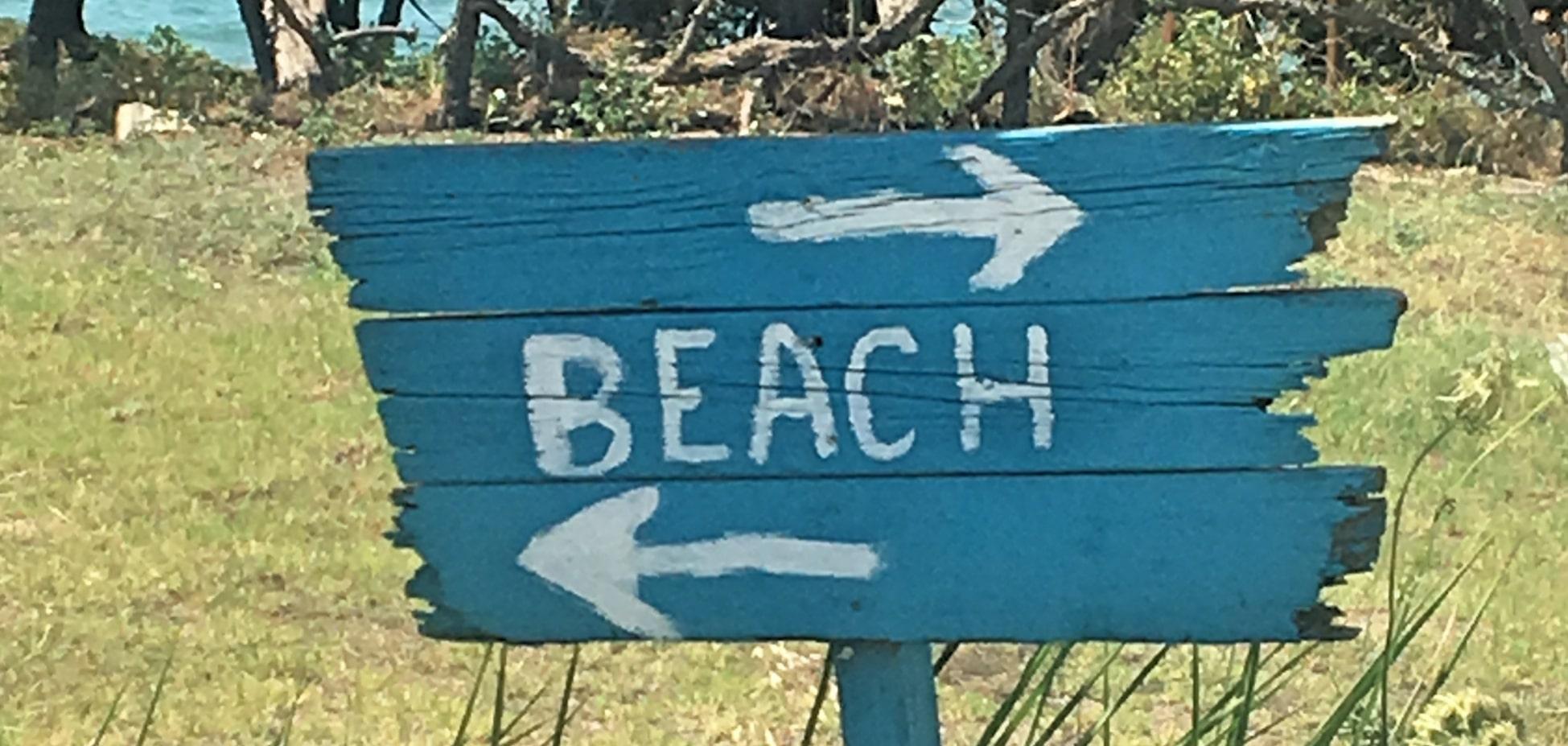 Holtzschild mit Strandangabe